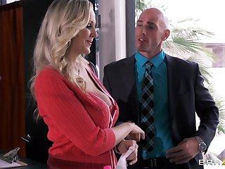Busty secretary Julia Ann drops heavens her knees to please her boss