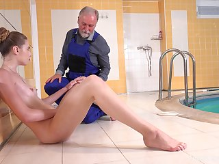 Quickie shagging unconnected with the pool between an old pauper and crestfallen Ilona C
