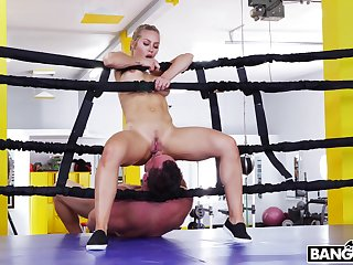 Put up bodyguard Nicole Aniston drops on the brush knees to drag inflate his prick