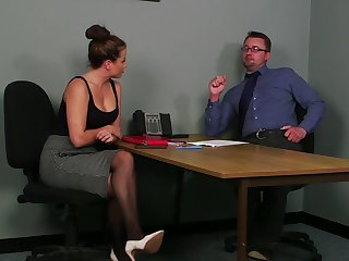 Office MILF gets laid with the guy during the bustle interview